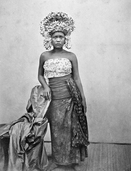 File:COLLECTIE TROPENMUSEUM Een danseres uit Bali. TMnr 60002168.jpg