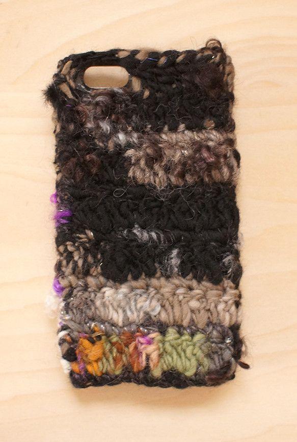 手つむぎの毛糸を使ったiPhoneケースです。 販売中の見習い魔女の魔法陣という糸を使って編みました。 キッドモヘア入りで手触りもつるつるふわふわです。いろん... ハンドメイド、手作り、手仕事品の通販・販売・購入ならCreema。