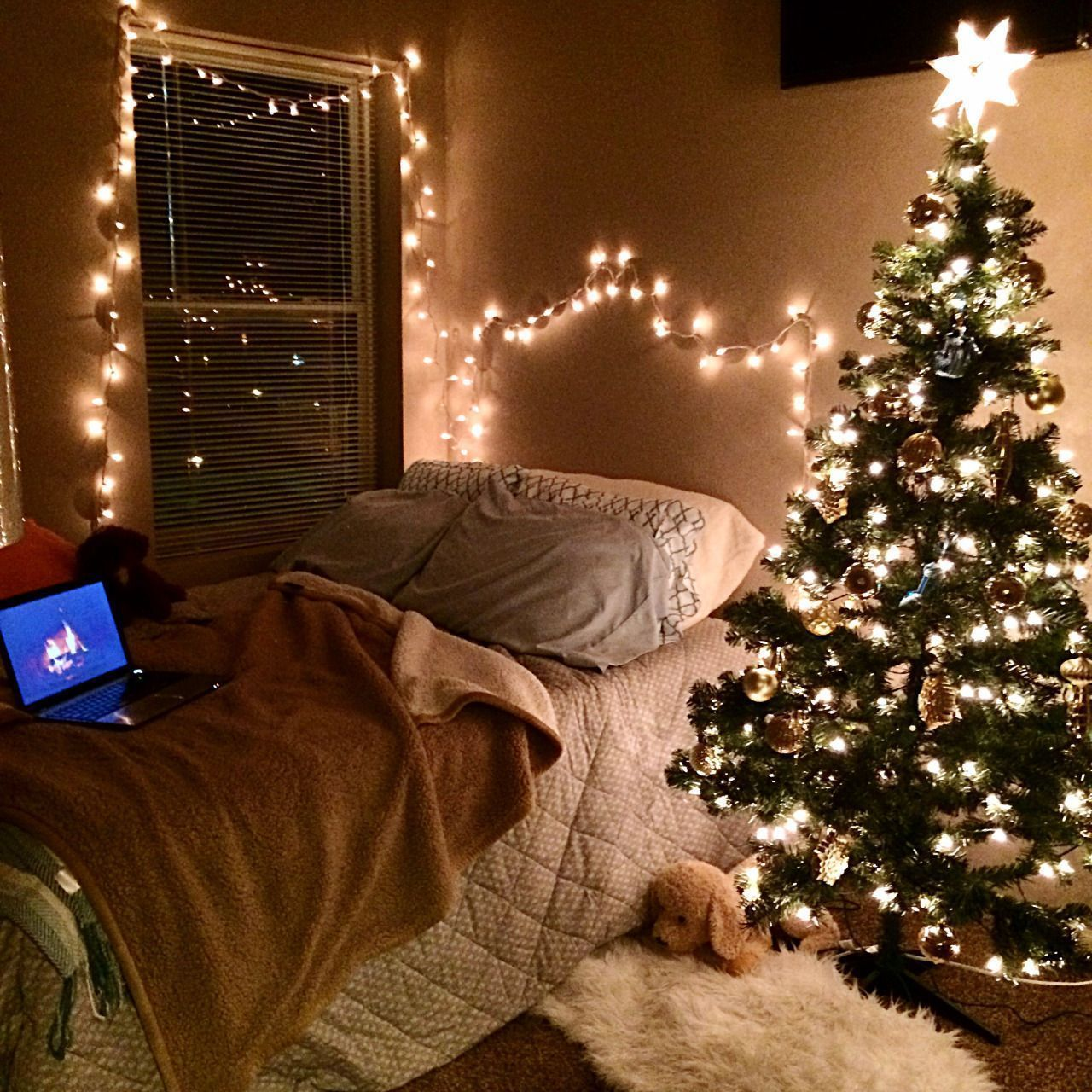 37 Small Apartment with Beauty Christmas Decor - #smallapartmentchristmasdecor Small apartment does not mean you have to save money. Let each room have lighting that suits its purpose. Candles must be small enough to not take up important space in your apartment. String lights are the right choice for standard Christmas decorations. DIY tissue paper trees are time consuming and very thorough, maybe just what you are looking for. #smallapartmentchristmasdecor 37 Small Apartment with Beauty Christ #smallapartmentchristmasdecor