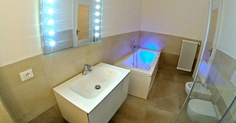 L'intervento consiste nella ristrutturazione di un appartamento residenziale presso uno stabile d'epoca in Trieste comprendente il rifacimento degli impianti, il restauro delle decorazioni interne e delle pavimentazioni in legno nonché il rifacimento completo dei bagni e della cucina.