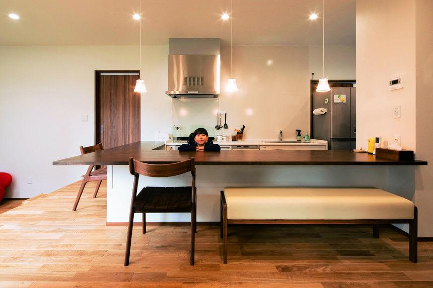キッチンの床は20cm低く作られており カウンター越しに座る人との目線