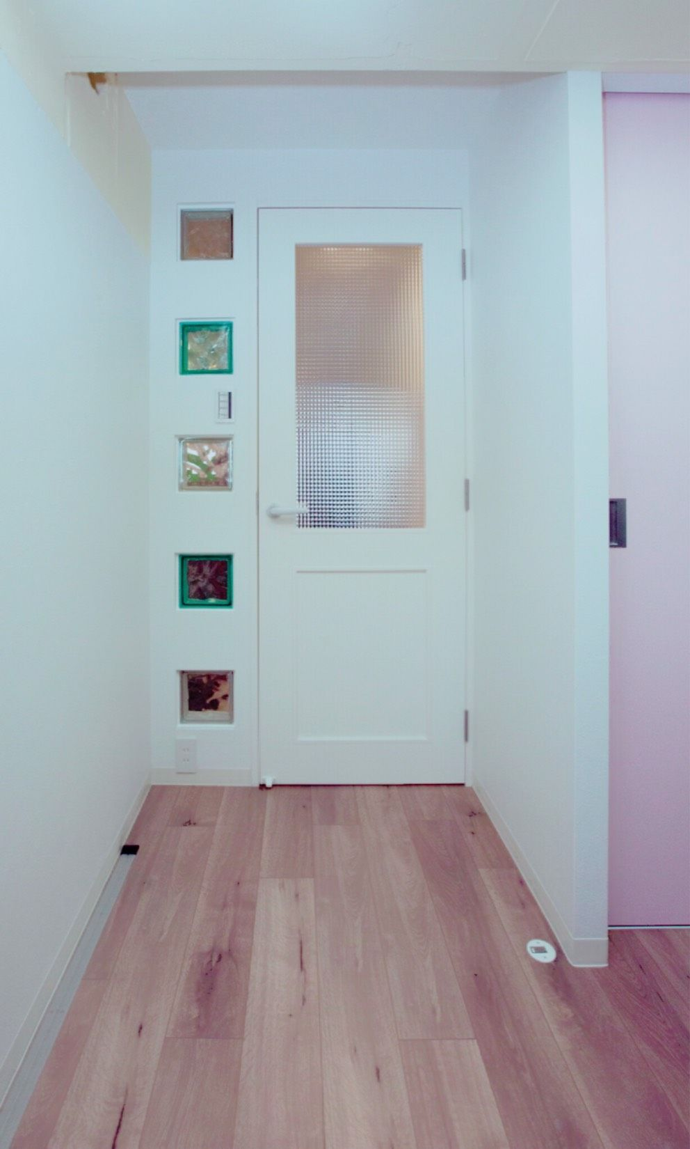 ガラスブロックとの組み合わせがかわいいドア リノベーション