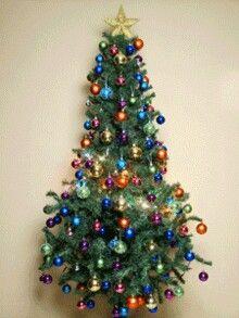 Un arbol de navidad que tiene luces