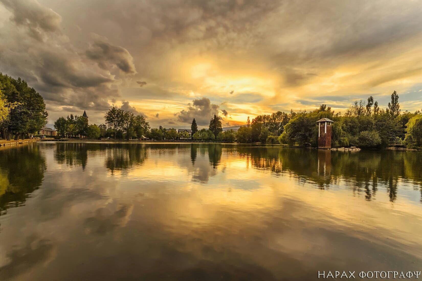 Sunset at the lake. Atardecer en el lago. Capvespre a l'Estany de Puigcerdà