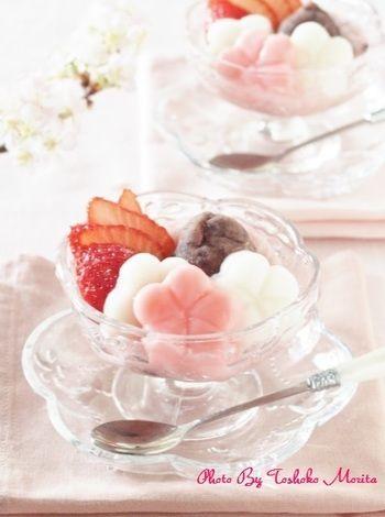 白玉でできたお花を紅白でつくった幸せな一品。こちらは甘酒やあんこ、苺といただくリッチな美味しさです。