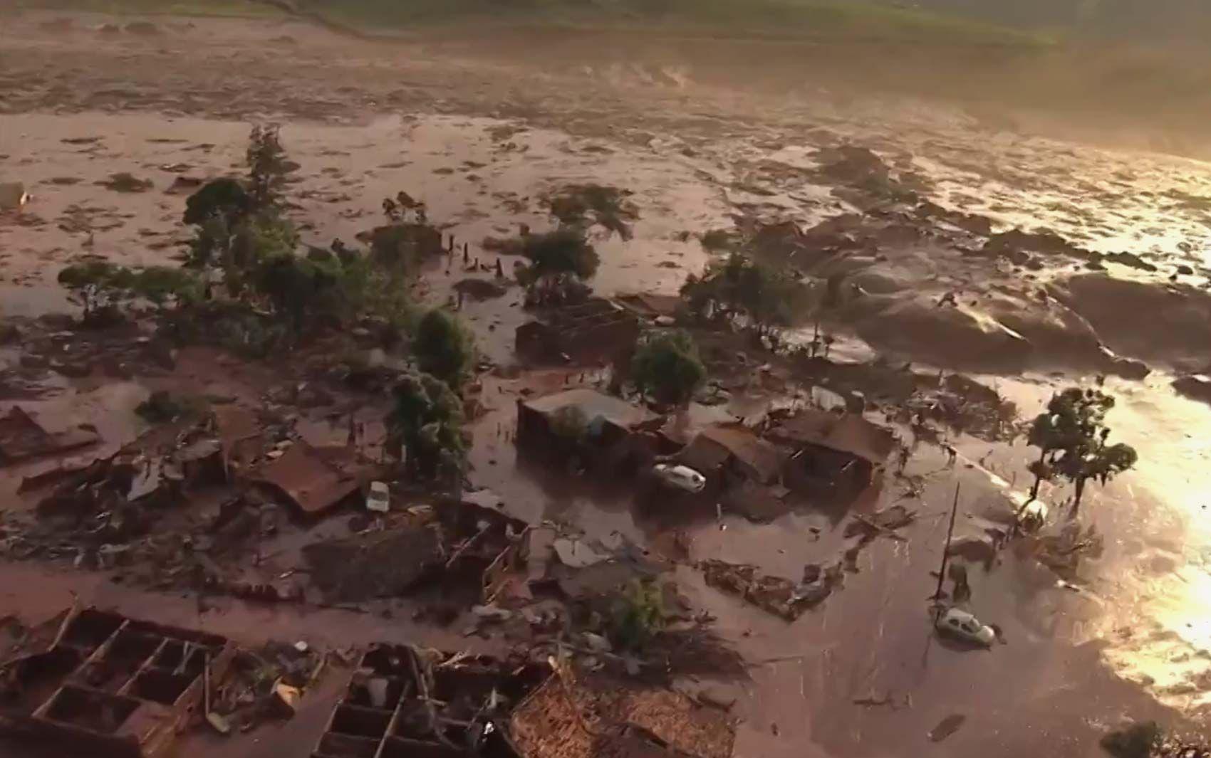 05/11 - Barragem se rompe e enxurrada de lama destrói distrito de Mariana