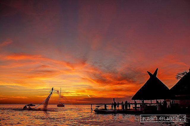 Un espectacular atardecer sobre la laguna Nichupté #Cancun #skyboard #sunset