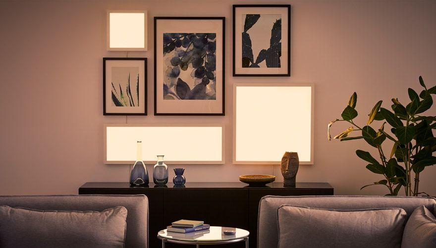 Eine Wohnzimmerwand Mit Bilderrahmen Und Eingeschalteten Floalt Led Lichtpaneelen In Ve Wandleuchte Wohnzimmer Modernes Beleuchtungsdesign Wohnzimmer Gemutlich