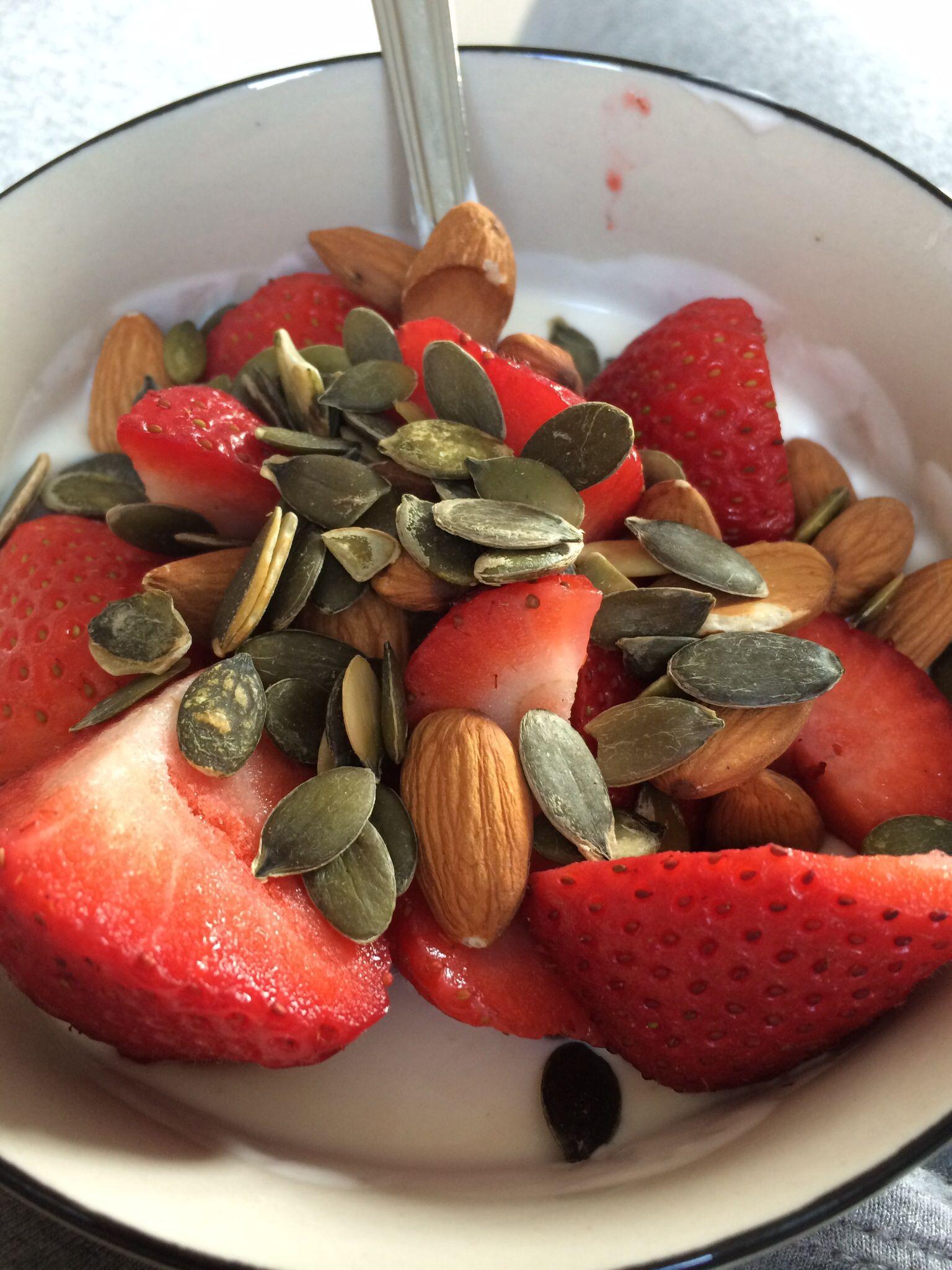 Russisk yoghurt, jordbær, mandler og gresskarkjerner