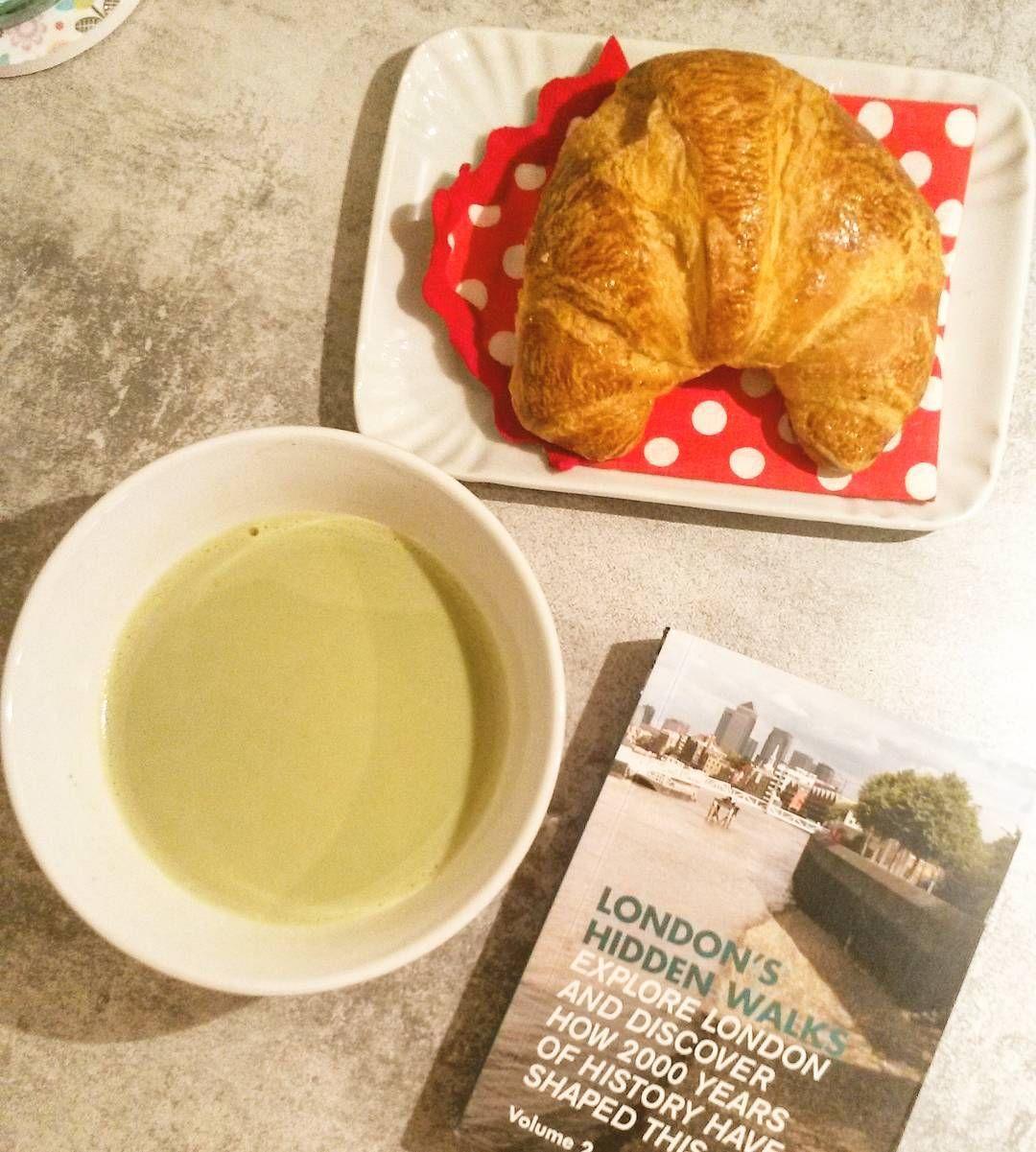 """Serious walks need some proper fuel #matchalatte #green #tea #matcha #livebreakfast #breakfastclub #breakfasttime #petitdej #petitdejeuner#instafood…"""