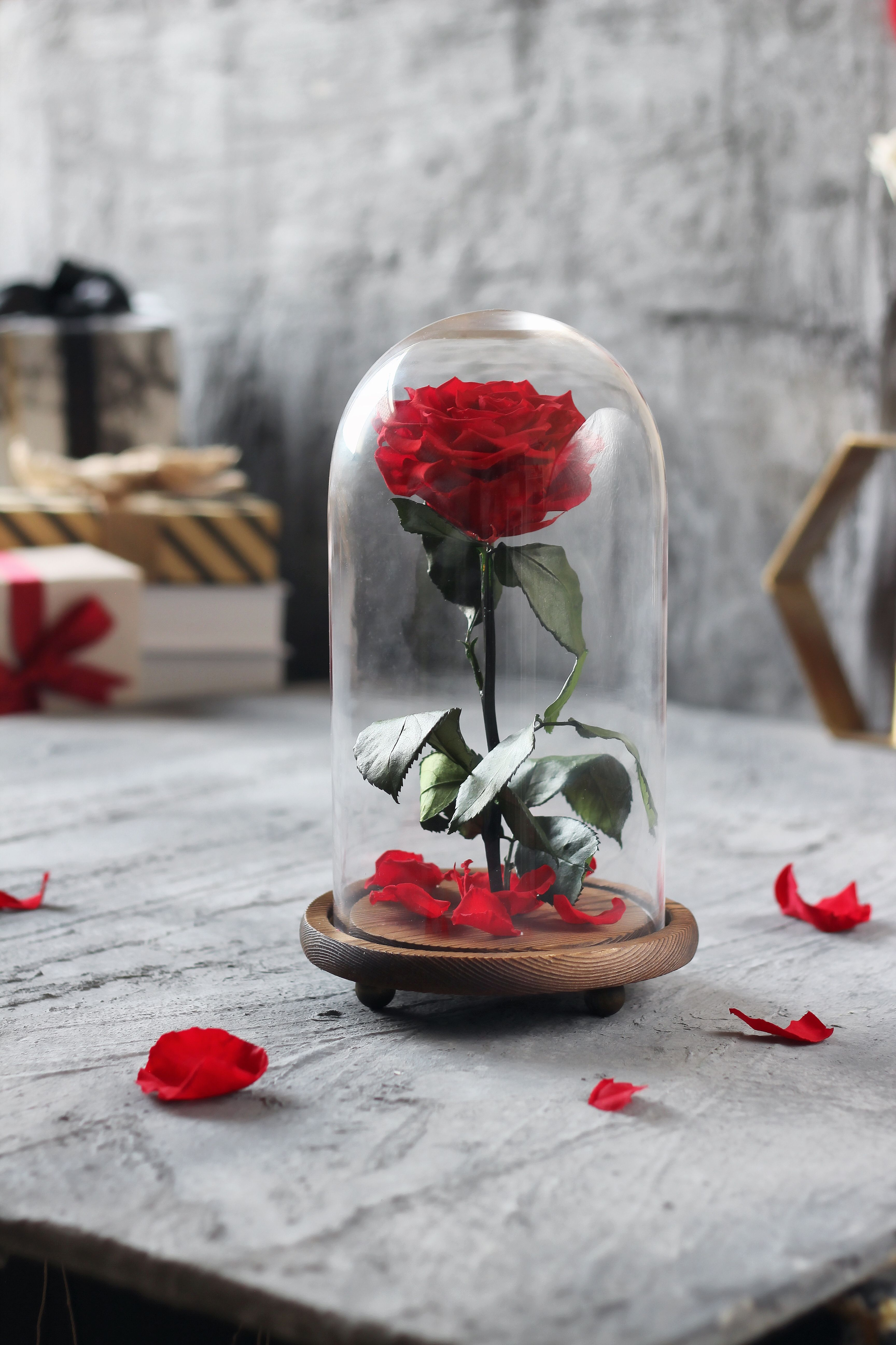 وردة ايلوبا روز احمر داخل فازة زجاجية Table Decorations Decor Home Decor