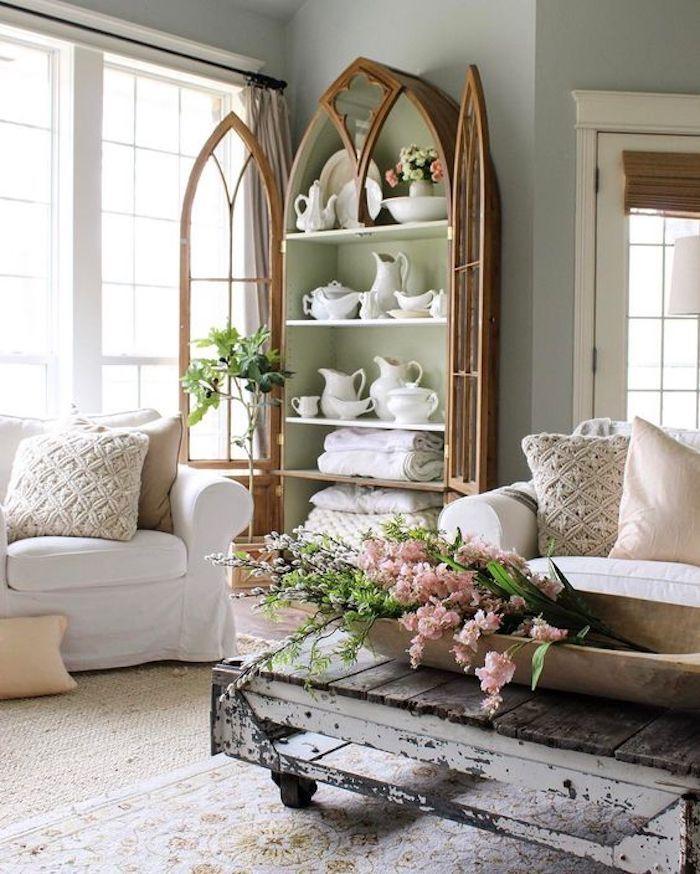salon shabby chic vaisselier en bois avec vaisselle blanche canaps shabby chic blancs table patine bouquet de fleurs rose
