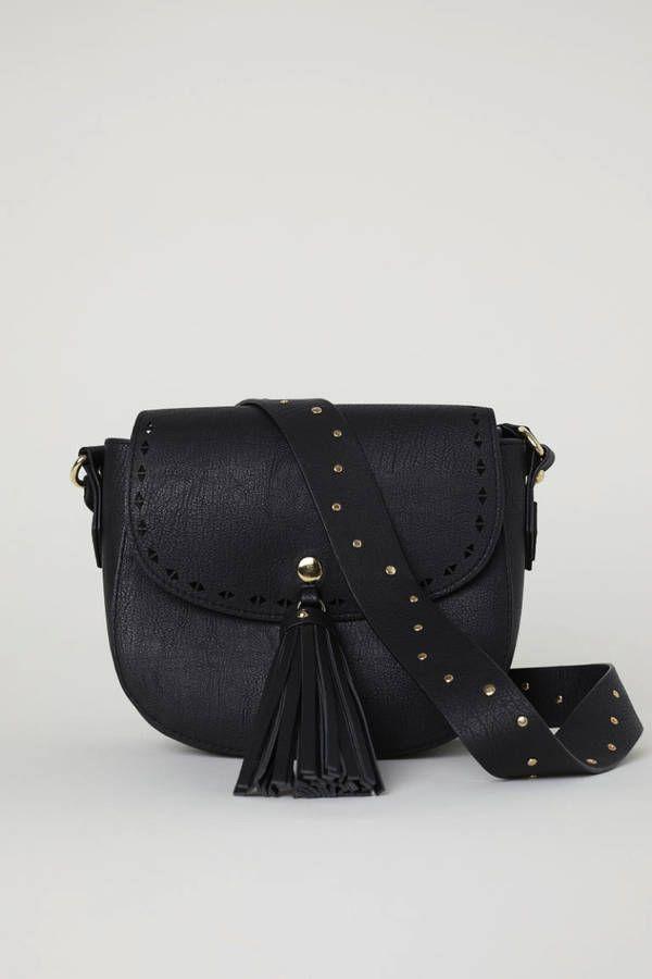 e3fa7f7fb702 Voici les 30 plus beaux sacs repérés chez Zara, Mango et H M   Beaux sacs,  Zara et Sacs noirs