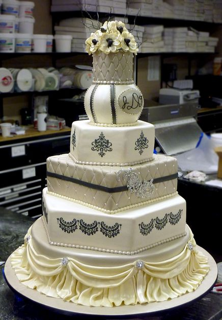 Cake Boss wedding cake - Buddy - Carlos Bakery - I wish Buddy from Cake Boss can make my wedding cake...that would be just a miracle the topping of the cake for me