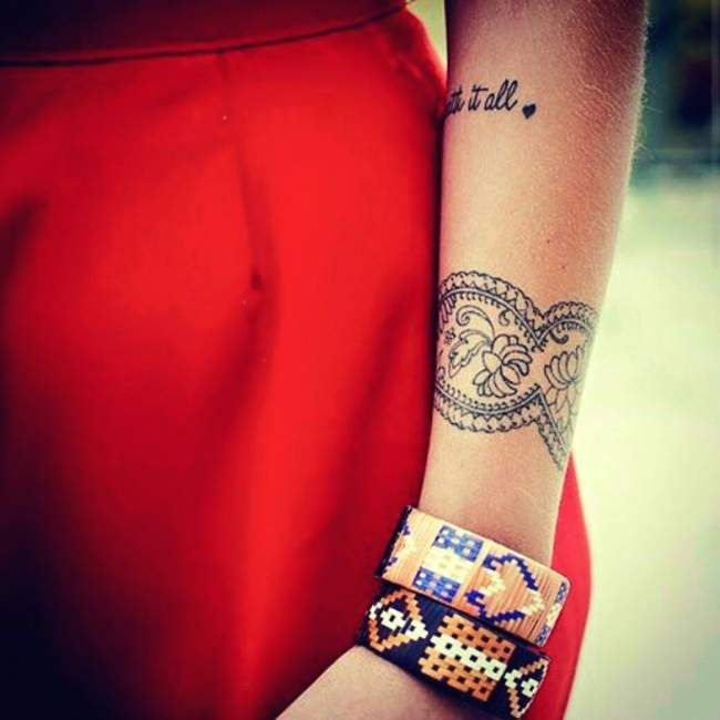 Tatouage de Femme  Tatouage Fleur de lotus Dotwork sur Bras !