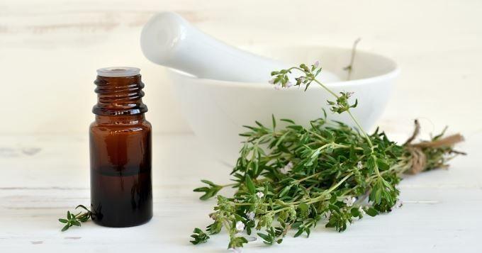 Vinaigre blanc et huile essentielle de thym pour un nettoyant multi-surfaces