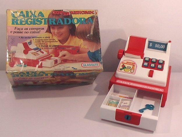 A Caixa Registradora, que permitia realizar a fantasia de ser caixa de supermercado.   33 brinquedos que você tinha esquecido que fizeram parte da sua infância