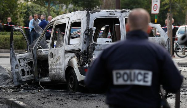 Qui sont Vincent et Jenny les policiers attaqués et brûlés à La Grande Borne - L'Express