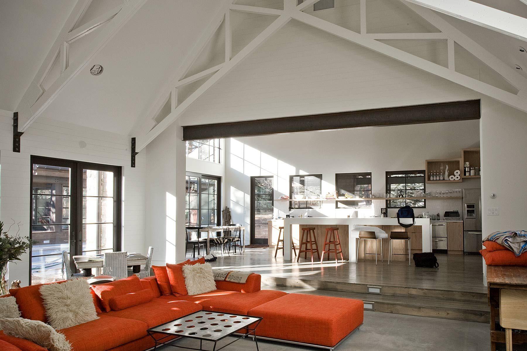 Moderne Traditionele Woonkamer : Trapje tussen keuken woonkamer is erg leuk! hoge plafonds open