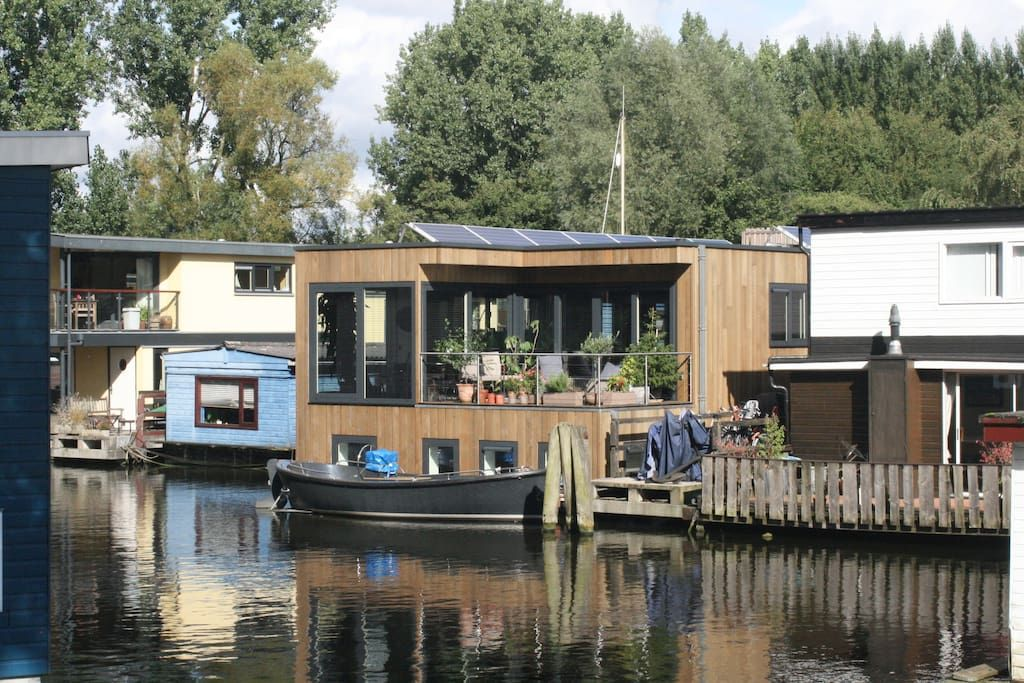 Barco em Amsterdã, Holanda. Living on the water is a nice tradition in…
