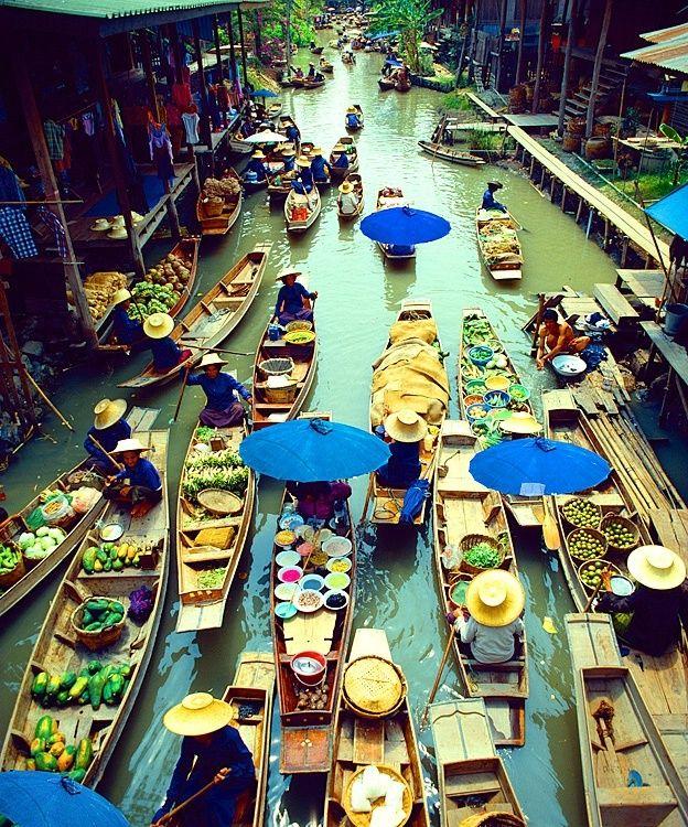 Una forma nueva de hacer el mercado, lo puedes encontrar en Bangkok, si aún quieres más aventura puedes intentar comer unos de los platos que se cocinan en las barcas. ¿Te atreves?