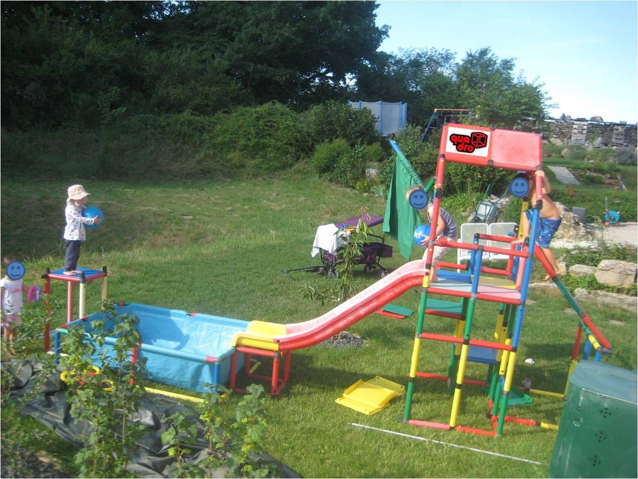 Planschbecken mit Sprungturm, Rutsche und Kletterturm von