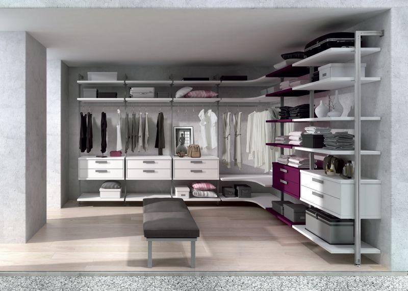 armario tipo vestidor de columnas de aluminio rinconero y con un toque de color