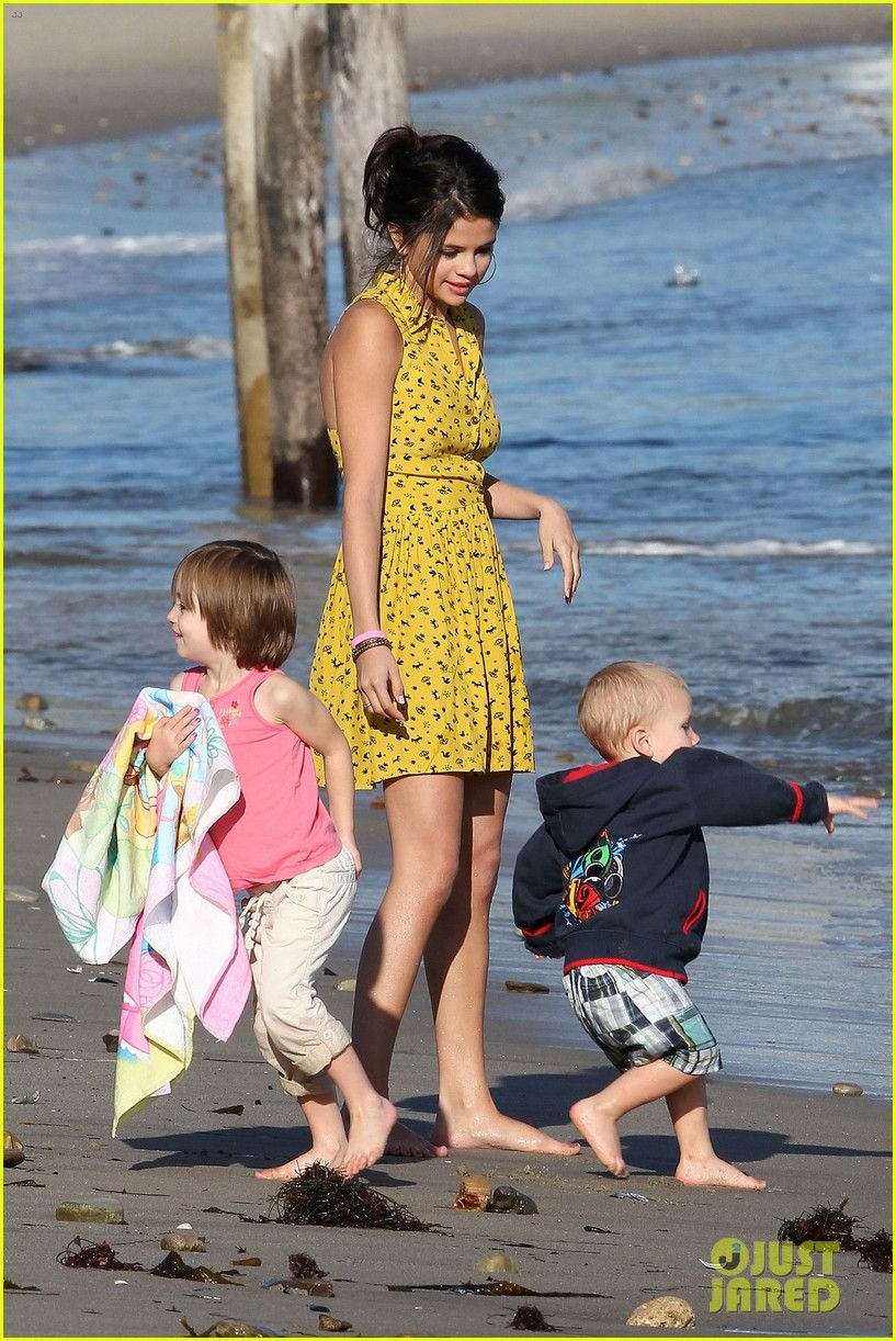 Selena Gomez Hits the Beach With Justin Bieber's Family | selena gomez justin bieber siblings beach 03 - Photo