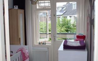 Gordijnen Babykamer Donker : Babykamer voor verkoopstyling klein kamertje staat vol met de