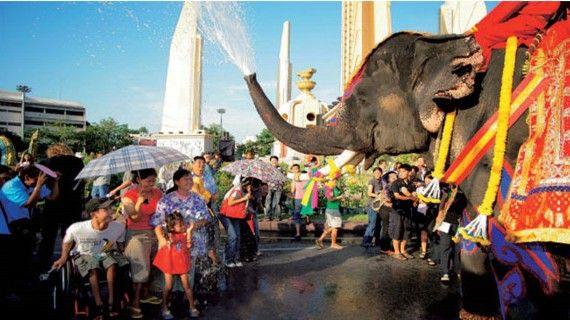 el festival popular del agua en el año nuevo tailandés