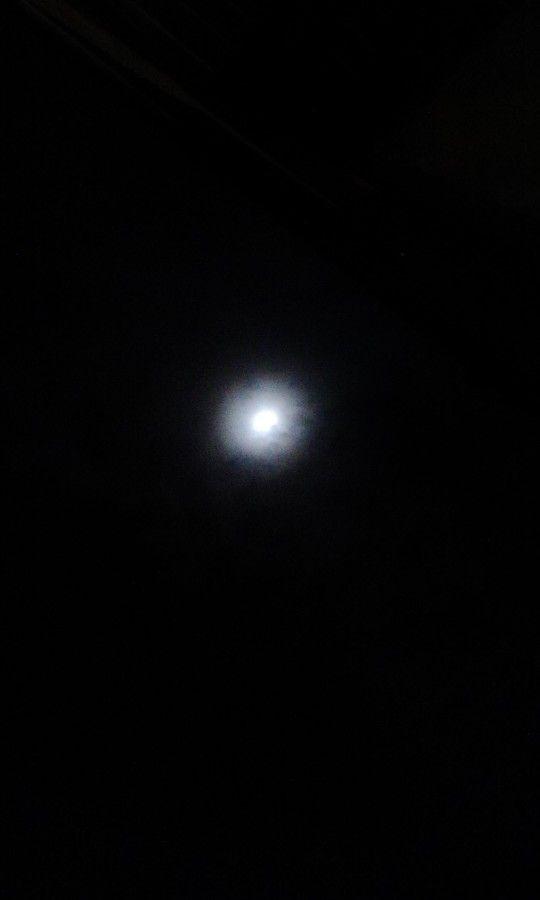 Asi veo la luna yop :)