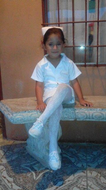 94a8ff0d57bcb Este es un disfraz de enfermera para una niña de 5 años es discreto por ser