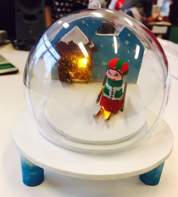 Werkstukje met hout en elektrische kringloop met LED voor Kerstmis. Techniek 1ste jaar.