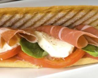 Panini diététique à la tomate, jambon fumé et mozzarella