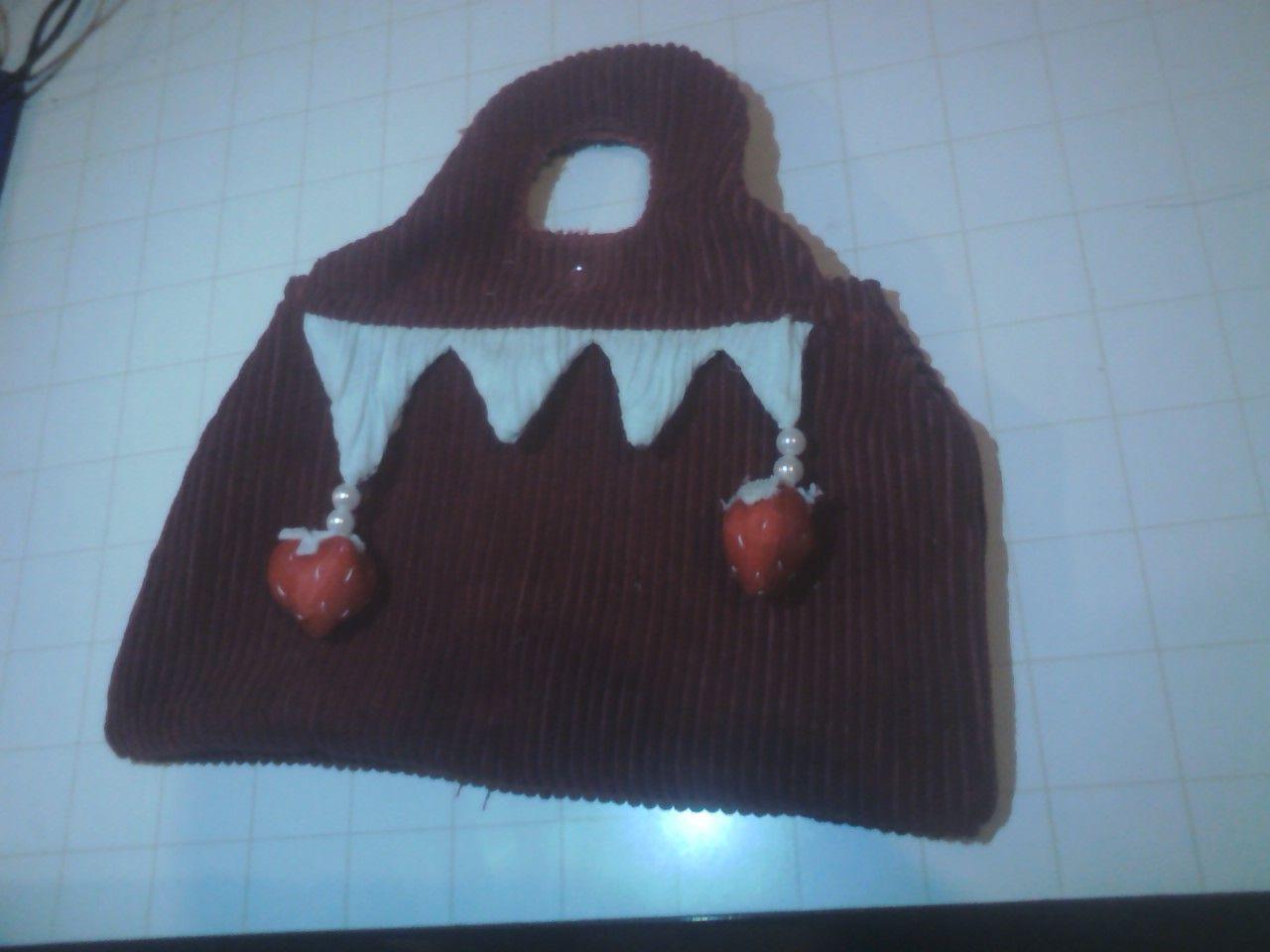 beaf7eef0 carterita de tela con adornos de frutillitas de tela colgadas.