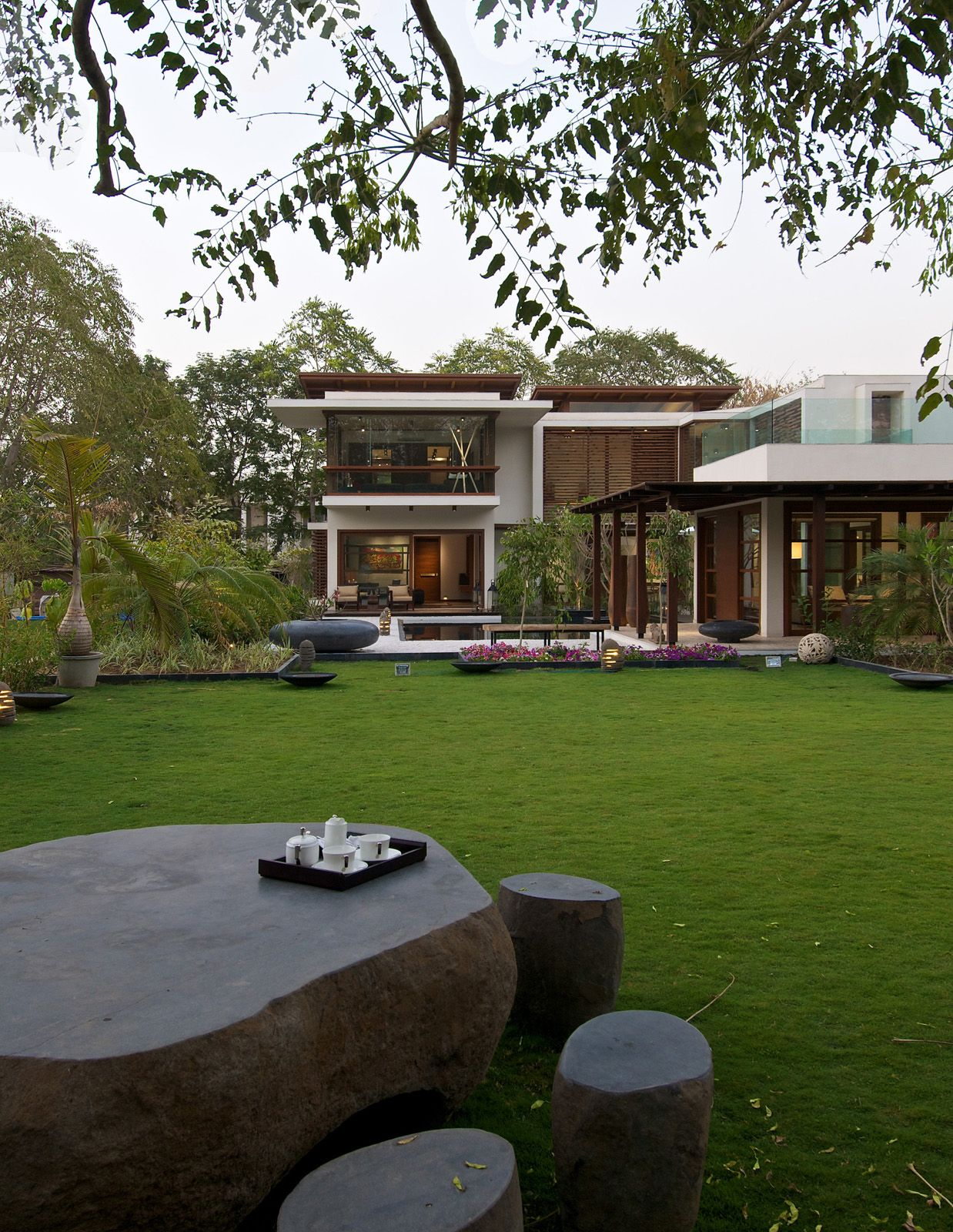 Timeless Contemporary House In India With Courtyard