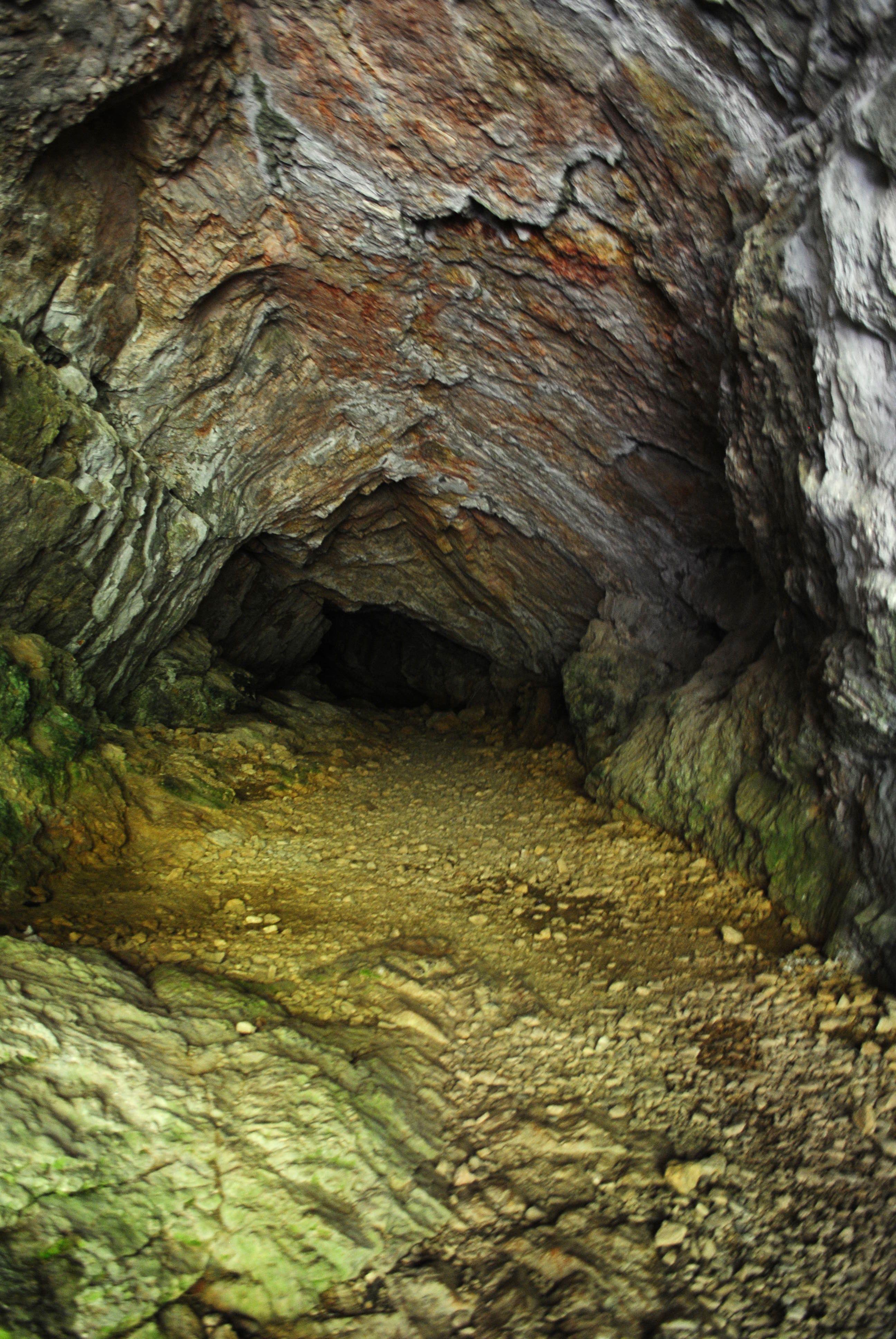 La Grotte Des Faux Monnayeurs Mouthier Haute Pierre Grotte Jura Suisse Speleologie