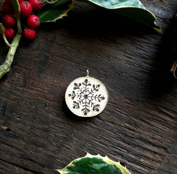 Wooden pendant with  a tiny snowflake ❄ Available in my shop ♡   #rusticpendant #handmade #christmasgift   https://www.etsy.com/it/listing/498033569/ciondolo-fiocco-di-neve-pirografia-su