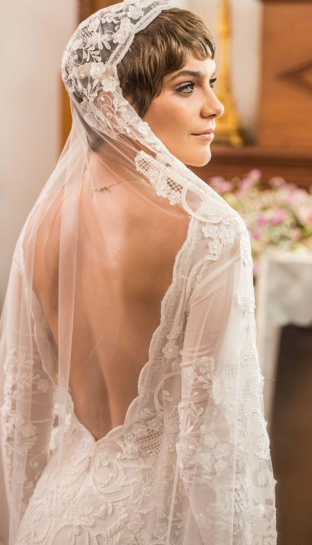 Vestido transparente de letícia tem apenas bojo para cobrir seios e