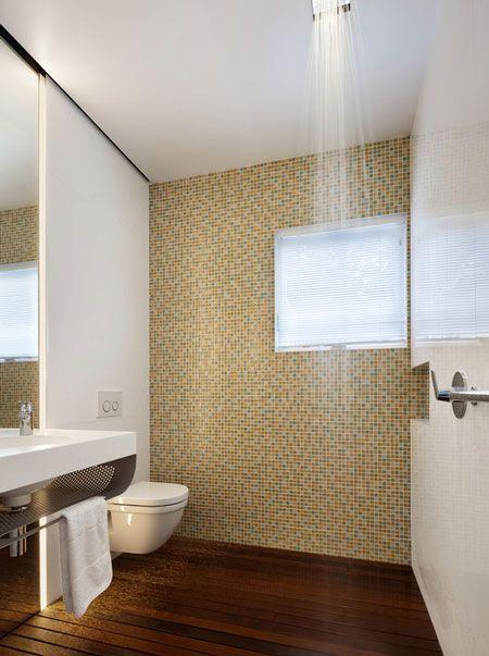 Ducha con suelo de madera integrado en el cuarto de baño sin ...
