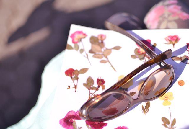 Gafas y flores.