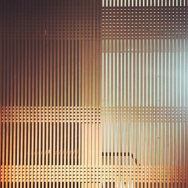 #mulpix Detalhes do nosso  #shoji04 para o @casacor_oficial. Painel ripado em cacheta lindamente executado pela @aralimoveis!!! Em breve fotos oficiais...  de 17/05 a 10/07   #yamagataarquitetura  #YAemSP  #shoji04  #woodwork   #marcenariapersonalizada  #nippoindustrial  #japaninspired   #naturaltexture  #neutralpalette  #transparencia  #vazado