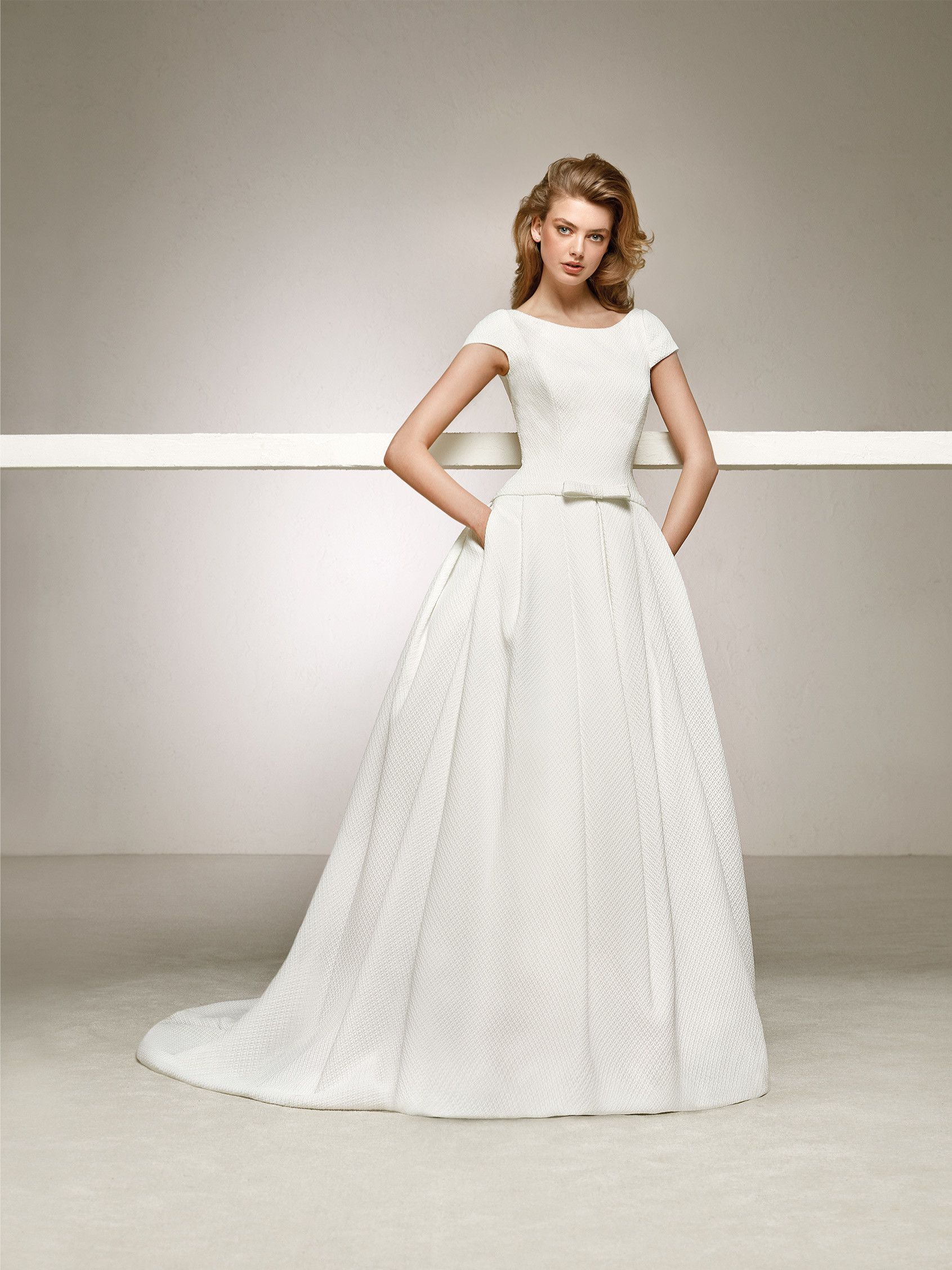 Sweet and elegant wedding dress with a round back and short sleeves