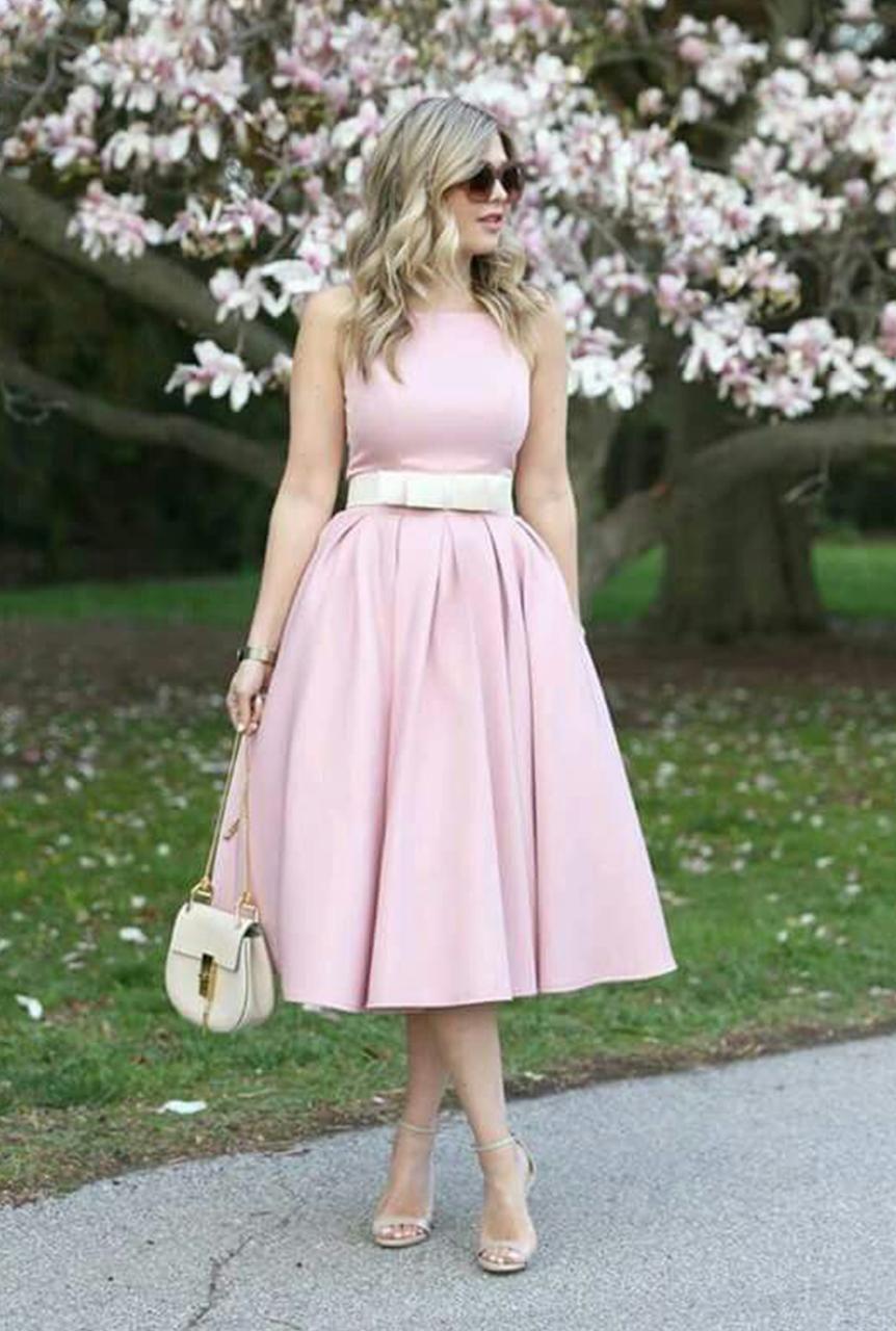 Conjunto vestido rosa, sandalias beis, bandolera blanca y gafas ...