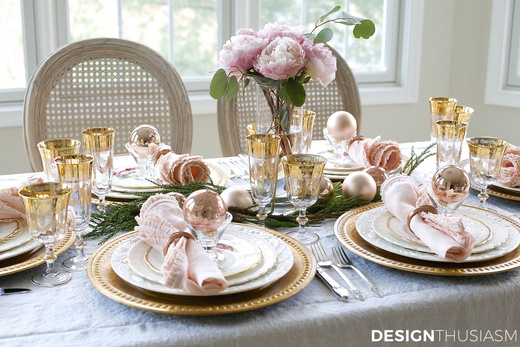 Elegant Holiday Table Setting With Gold And Pink Christmas Decorations Pink Christmas Table Pink Christmas Table Setting Rose Gold Christmas Table