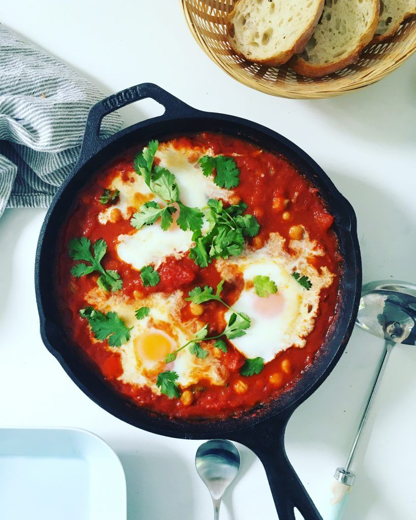 shakshuka gebackene eier in w rziger tomaten harissa. Black Bedroom Furniture Sets. Home Design Ideas