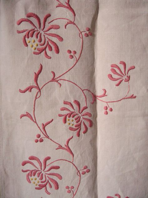 long chemin de table ancien / lin brodé main motif fleur rose