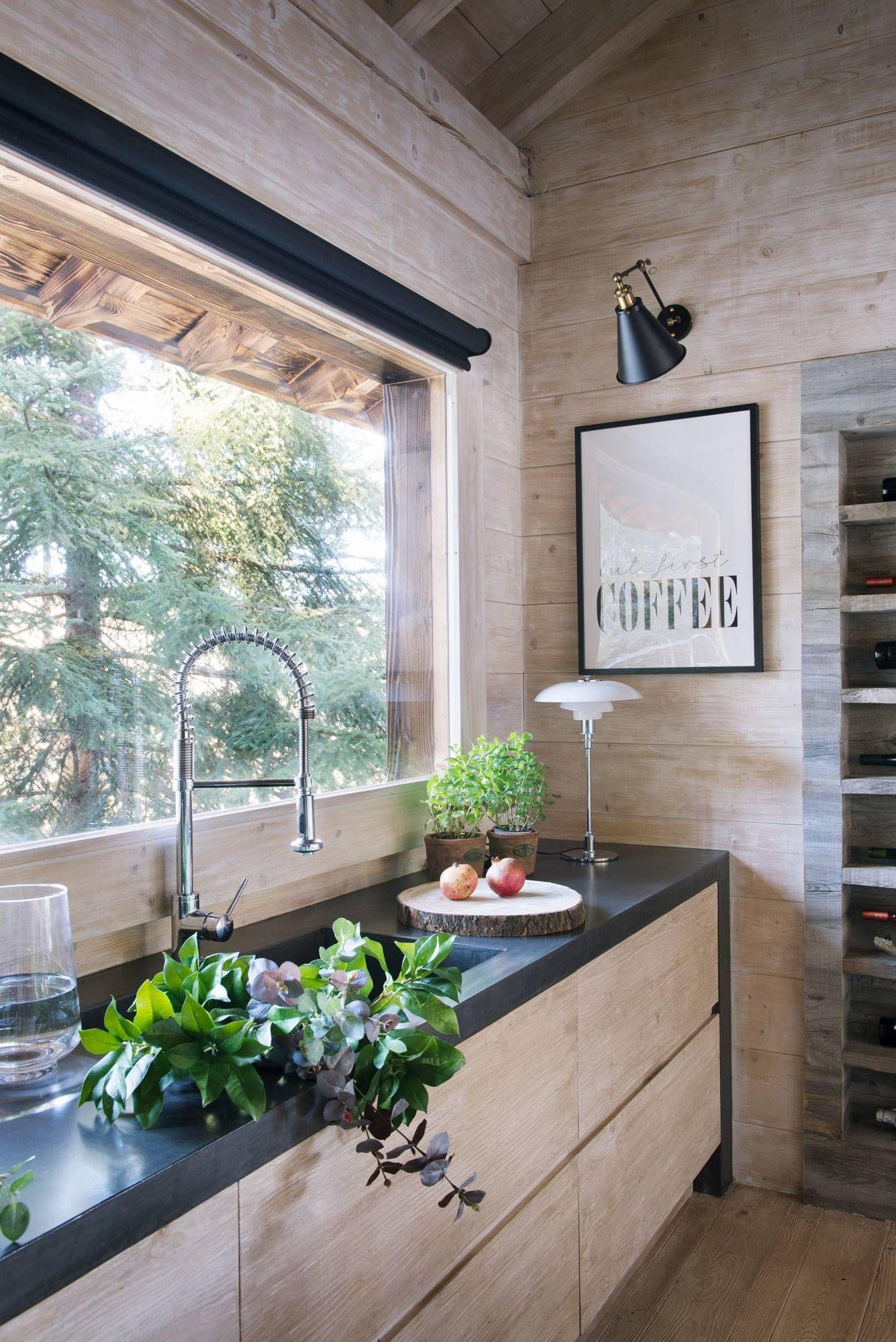 00477898 O Cocina con fregadero debajo de la ventana acabado del mobiliario en color neutro y encimera microcemento en negro477898