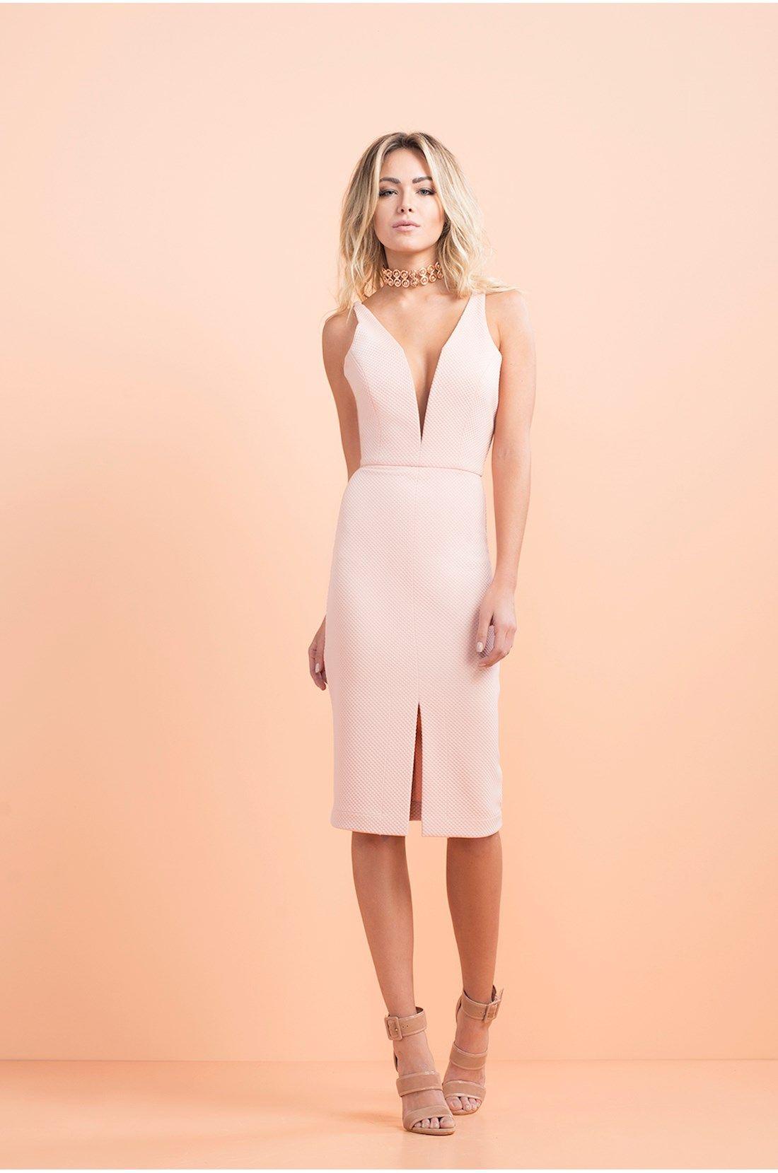0e214505a Vestido midi tecido plano com textura rosa e decote V. Possui arames de  sustentação no decote para firmeza, alças de trança do mesmo tecido e forro  no bojo.