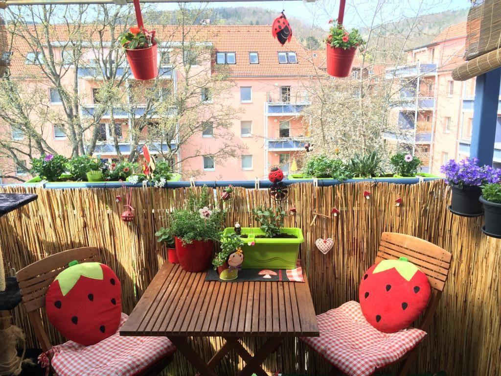 Sommerlich Dekorierter Balkon Mit Roten Akzenten Und Vielen Pflanzen.  #Balkon #Sichtschutz #Dekoration